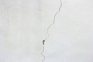 a cracked wall - Household repairs after the move