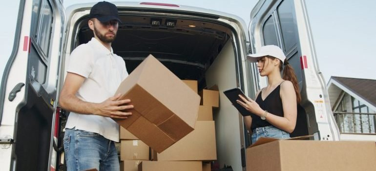 Hiring movers to avoid common mistakes when moving to Coral Springs.